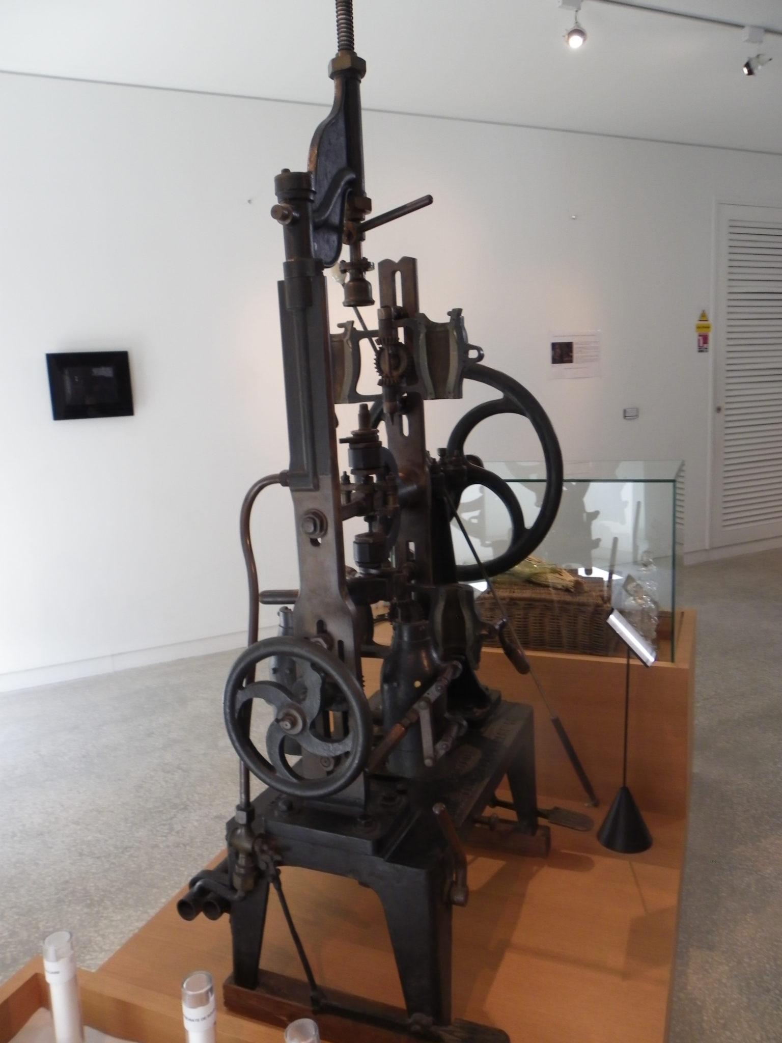 Machine à souffler le verre de manière semi-automatique de Claude Boucher au Musée des arts du cognac