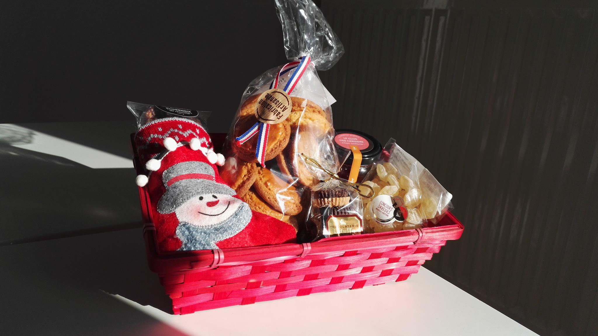 Un panier de douceurs, chocolat, biscuits, confitures, bonbons au miel à la boutique de Myriam