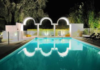 366544-hotel-cognac-ibis-style-2018-piscine-nuit.jpg